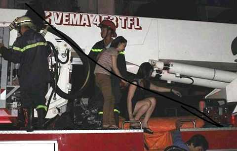 Các cô gái được xe thang nâng đưa xuống đất an toàn