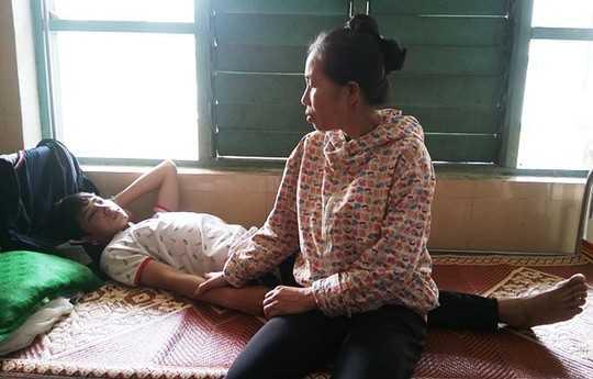 Gia đình chăm sóc em nguyễn Đức Phú tại bệnh viện.