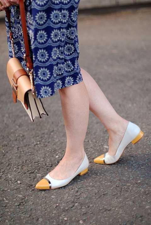Trong những ngày thu se lạnh, một đôi giày nhiều hơn 1 màu sẽ giúp bạn trở thành quý cô nổi bật trên phố.