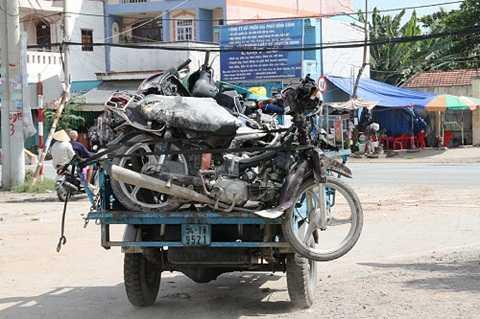 5 chiếc xe hư hỏng hoàn toàn được đưa về cơ quan điều tra.
