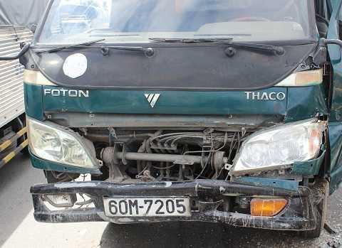Chiếc xe của tài xế Sin hư hỏng nặng phần đầu, không thể chạy tiếp.