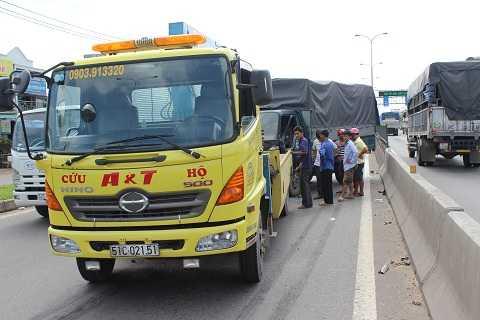 Xe cứu hộ giải cứu chiếc xe không nổ máy.