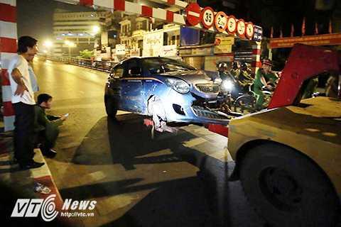 Chiếc xe taxi bị hư hỏng nặng sau vụ tai nạn