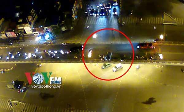 Chiếc xe chỉ dừng lại sau khi bị quay ngang 90 độ, tông thẳng vào lan can cầu.