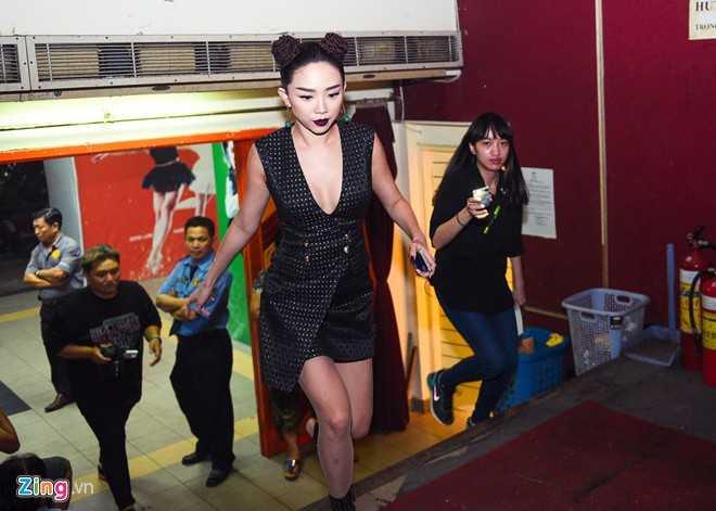 Tối 8//11, Tóc Tiên có mặt tại trường quay một gameshow gần sát giờ lên sóng. Nữ ca sĩ làm giám khảo khách mời và tham gia biểu diễn trong đêm.