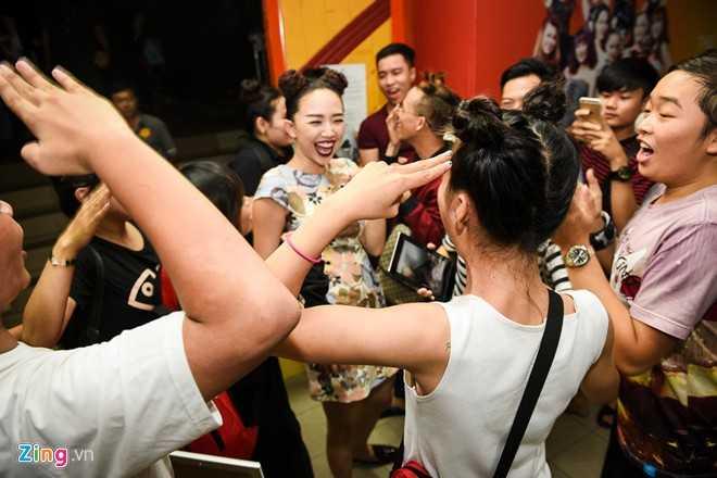 Kết thúc cuộc thi, Tóc Tiên thay trang phục và ra về. Nhưng bên ngoài sân khấu, một nhóm fan đợi sẵn, chờ chụp ảnh cùng nữ ca sĩ.