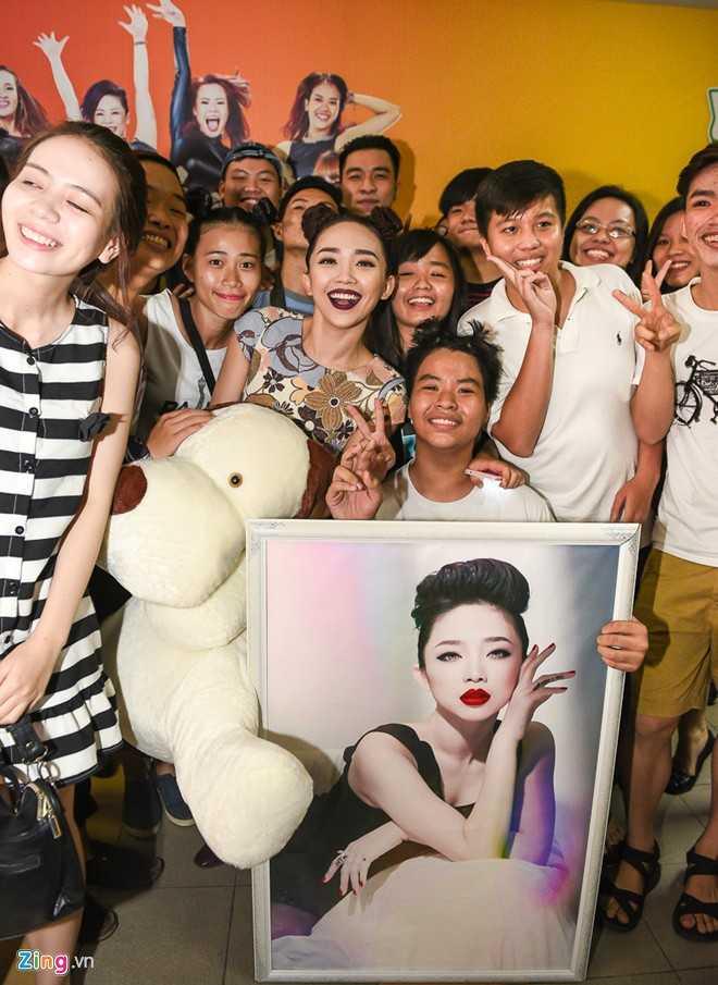 Giọng ca sinh năm 1989 vui vẻ chiều lòng người hâm mộ. Từ sau khi về Việt Nam hoạt động, đặc biệt cuộc thi The Remix đã giúp tên tuổi của Tóc Tiên tỏa sáng hơn ở quê nhà.