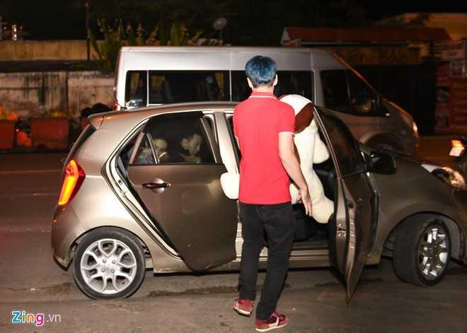 Hoàng Touliver đã đợi sẵn Tóc Tiên ngoài xe. Cô nhanh chóng ra về khi bắt gặp ống kính máy ảnh.