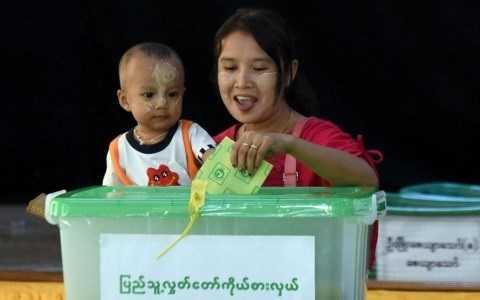 Cử tri Myanmar tham gia cuộc tổng tuyển cử trong không khí phấn khởi