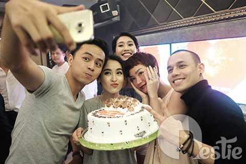 Và gần 100 nghệ sĩ Việt đã dành thời gian đến tham dự tiệc cưới của Văn Anh - Tú Vi. Kết thúc buổi tiệc, những người bạn thân thiết với đôi vợ chồng trẻ như Trà My Idol, Hồ Vĩnh Khoa và La Quốc Hùng đã tiếp tục tham dự party chia vui cùng cặp đôi được diễn ra khá muộn.