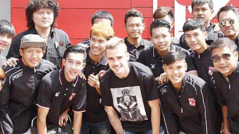 Các cầu thủ trẻ U19 Muangthong trong lần đến thăm quan CLB Atletico và chụp ảnh lưu niệm cùng tiền đạo danh tiếng Antoine Griezmann