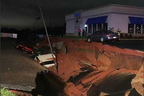 Hàng chục chiếc xe bị rơi xuống hố