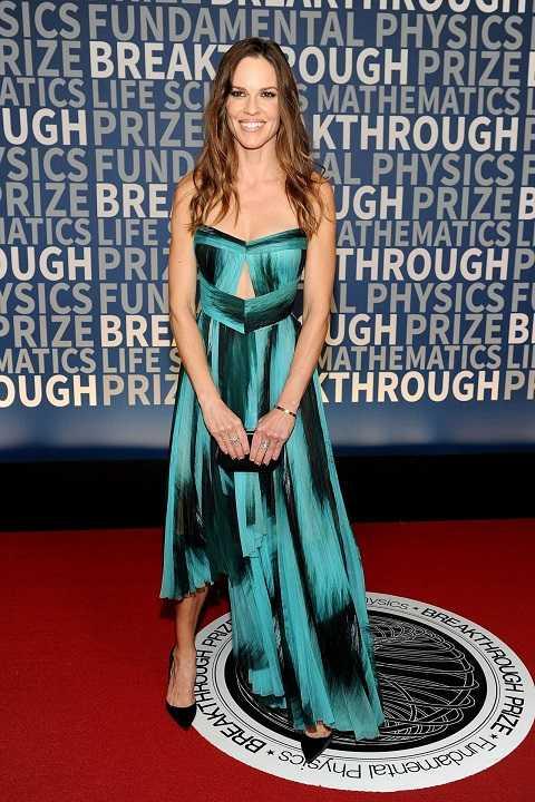 Hilarry Swank nữ tính, dịu dàng hơn với đầm cúp ngực, cut-out, bất đối xứng, màu loang của J. Mendel tạiBreakthrough Prize Ceremony.