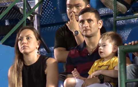 Leandro cùng vợ và con trên khán đài sân Gò Đậu.
