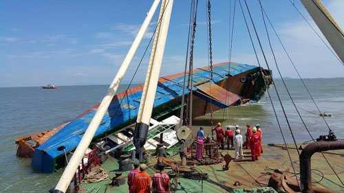 Hiện trường trục vớt tàu Hoàng Phúc 18