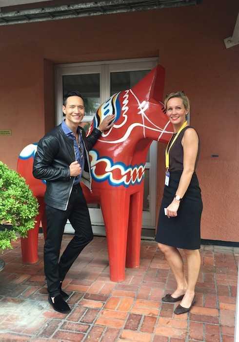 Kim Lý và bà Camilla  Mellander, Đại sứ Thụy Điển tại Việt Nam chụp ảnh bên ngựa gỗ Dala, một biểu tượng của Thụy Điển.