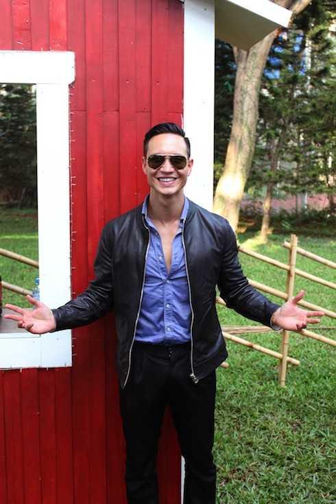 Kim Lý chụp ảnh bên ngôi nhà đỏ đặc trưng của Thuỵ Điển.