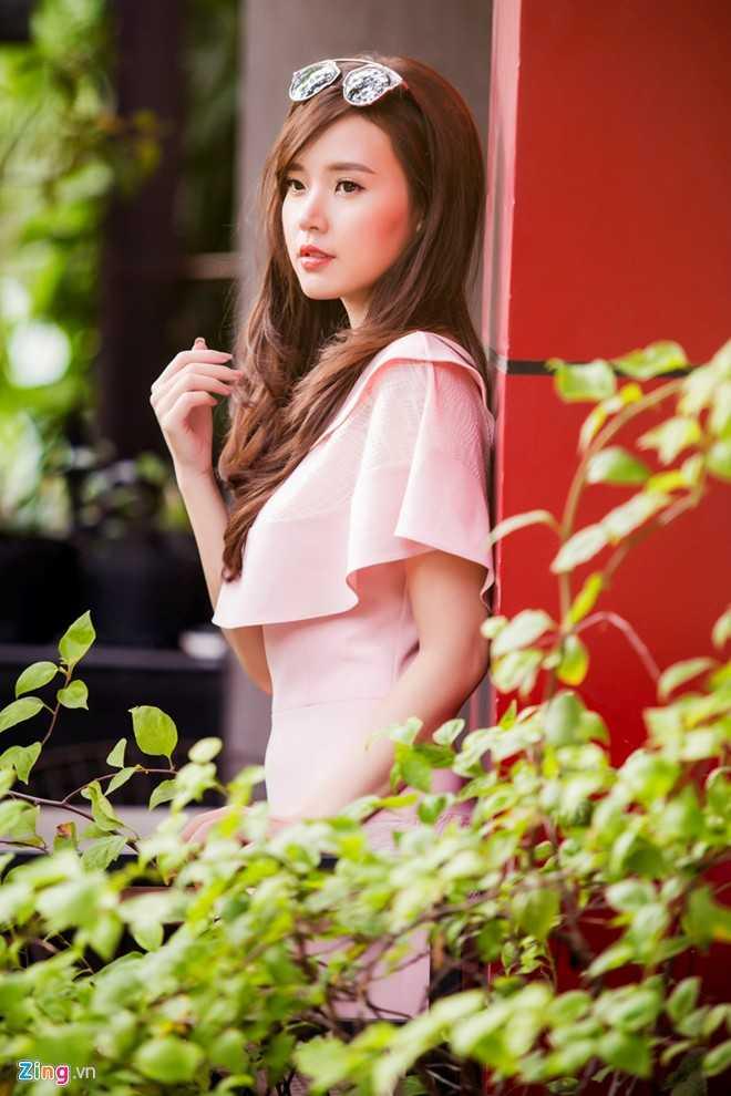 Bộ cánh tông hồng nhạt phù hợp với vẻ nữ tính, yêu kiều của diễn viên Mùa hè lạnh.
