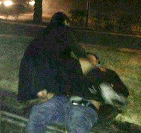Gã say chặn đánh người đi đường và dùng dao cứa cổ công an viên. (ảnh minh hoạ)