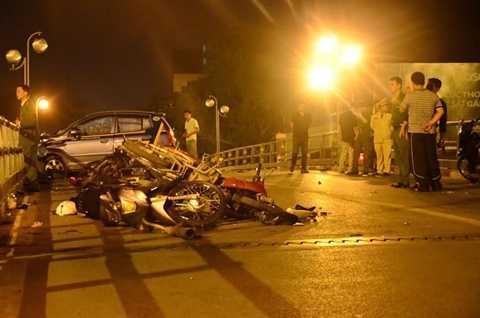 Hiện trường vụ tai nạn thảm khốc tối 8/11 trên cầu vượt Thái Hà