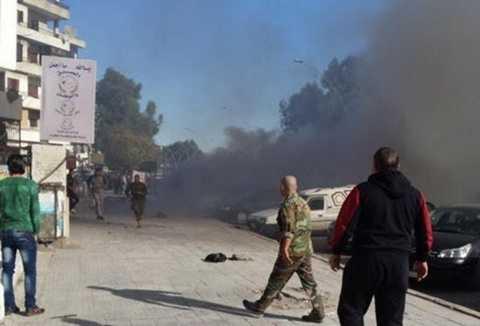 Khói đen bốc lên từ một khu vực bị trúng rocket ở Latakia - Ảnh: sputniknews