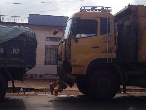 Xe tải nặng hỏng phần đầu. Ảnh: Thanh Hải