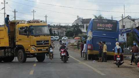 Vụ việc khiến tình hình giao thông ách tắc trên tuyến Hồ Chí Minh. Ảnh: Thanh Hải