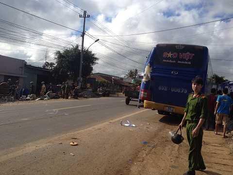 Xe khách Sao Việt bị hỏng phần hông đuôi xe. Ảnh: Thanh Hải