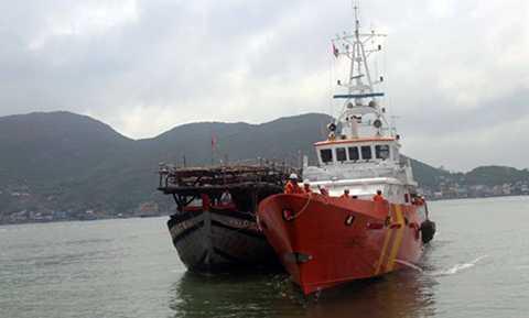 Tàu SAR cứu nạn, lai dắt tàu cá ngư dân bị nạn trên biển về đất liền