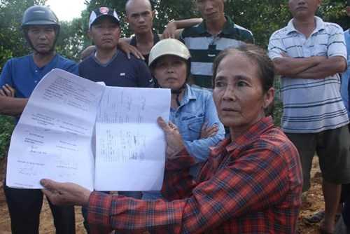 Bà Võ Thị Xuân (60 tuổi thôn 7, Đồng Nghệ) cho biết: toàn bộ hồ sơ giấy tờ liên quan chỉ có chữ ký của cán bộ TT phát triển quỹ đất, của cán bộ xã mà không có con dấu xác nhận. Bà Xuân đặt câu hỏi: liệu hồ sơ này có đủ giá trị pháp lý hay không?