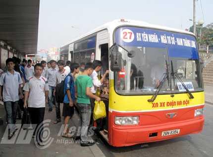 Nhiều tuyến xe buýt trên trục đường quốc lộ 6 và quốc lộ 32 sẽ được giãn cách chuyến, đổi lộ trình.