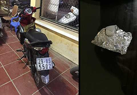Chất bột trắng nghi là ma túy đá và xe máy của đối tượng Hưng tại cơ quan công an.