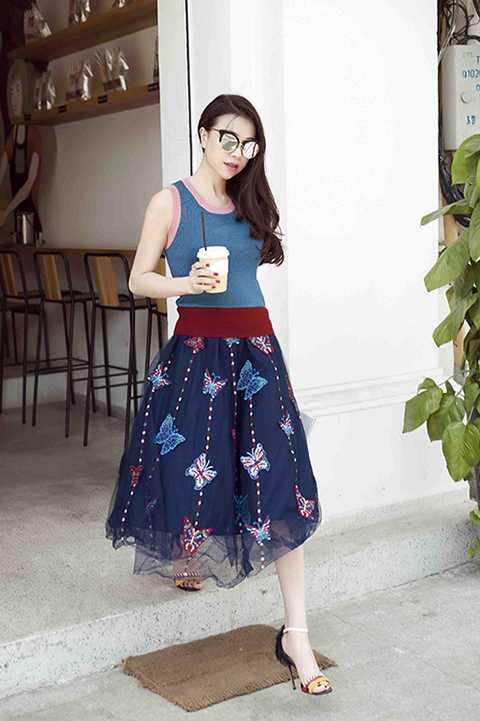 Bên cạnh là một nghệ sĩ, Trà Ngọc Hằng còn được xem là biểu tượng thời trang đường phố của showbiz Việt. Người đẹp đất Mũi đã ghi dấu ấn bởi cách phối đồ hiện đại và năng động.