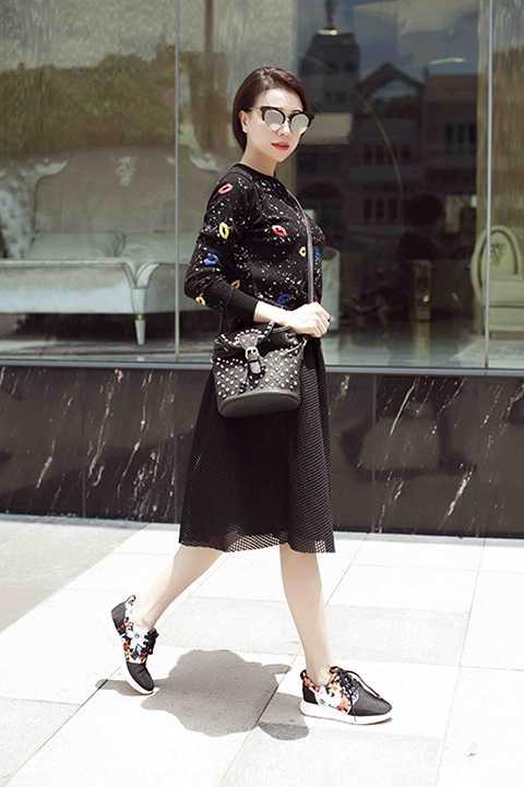 Những bộ cánh Trà Ngọc Hằng mặc đều chủ yếu đến từ các thương hiệu thời trang bình dân... Nữ ca sĩ mix cùng kính mắt hàng hiệu. Nhìn cô diện nhiều người cho rằng họ cảm giác như đang thấy một fashionista châu Á giữa lòng Sài Gòn.