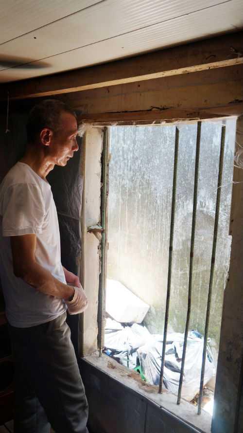 Khi xảy ra vụ cháy, hàng xóm phải tới phá cửa sổ để vợ chồng ông Thảo chạy thoát ra ngoài.