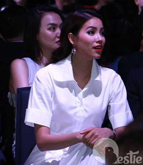Tuy nhiên, ngay khi giới truyền thông phát hiện ra sự góp mặt của tân hoa hậu hoàn vũ, lập tức Phạm Hương trở thành tâm điểm.