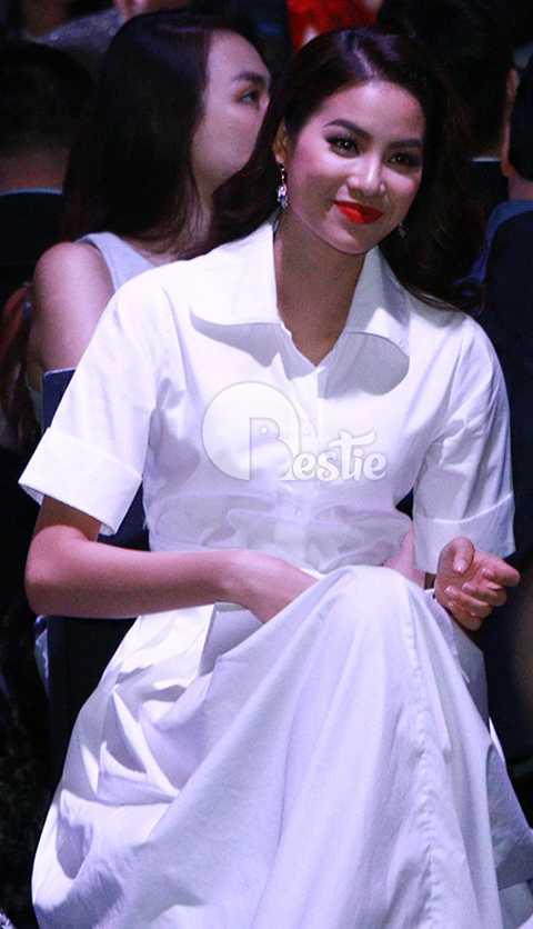 Cô tập trung theo dõi chương trình thời trang đình đám được nữ diễn viên Lý Nhã Kỳ thực hiện rất công phu. Phạm Hương tỏ ra thích thú, cô liên tục vỗ tay tán thưởng phần trình diễn của các người mẫu.