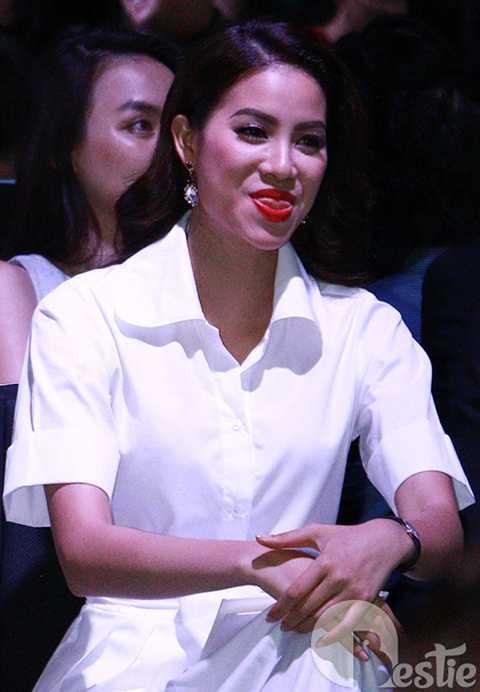 Một khoảnh khắc đáng yêu hiếm hoi của tân Hoa hậu hoàn vũ 2015.