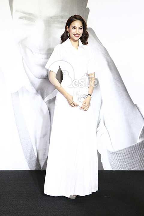 Tân hoa hậu khoe vẻ đẹp thuần khiết dù trang phục của cô không thật sự nổi bật.