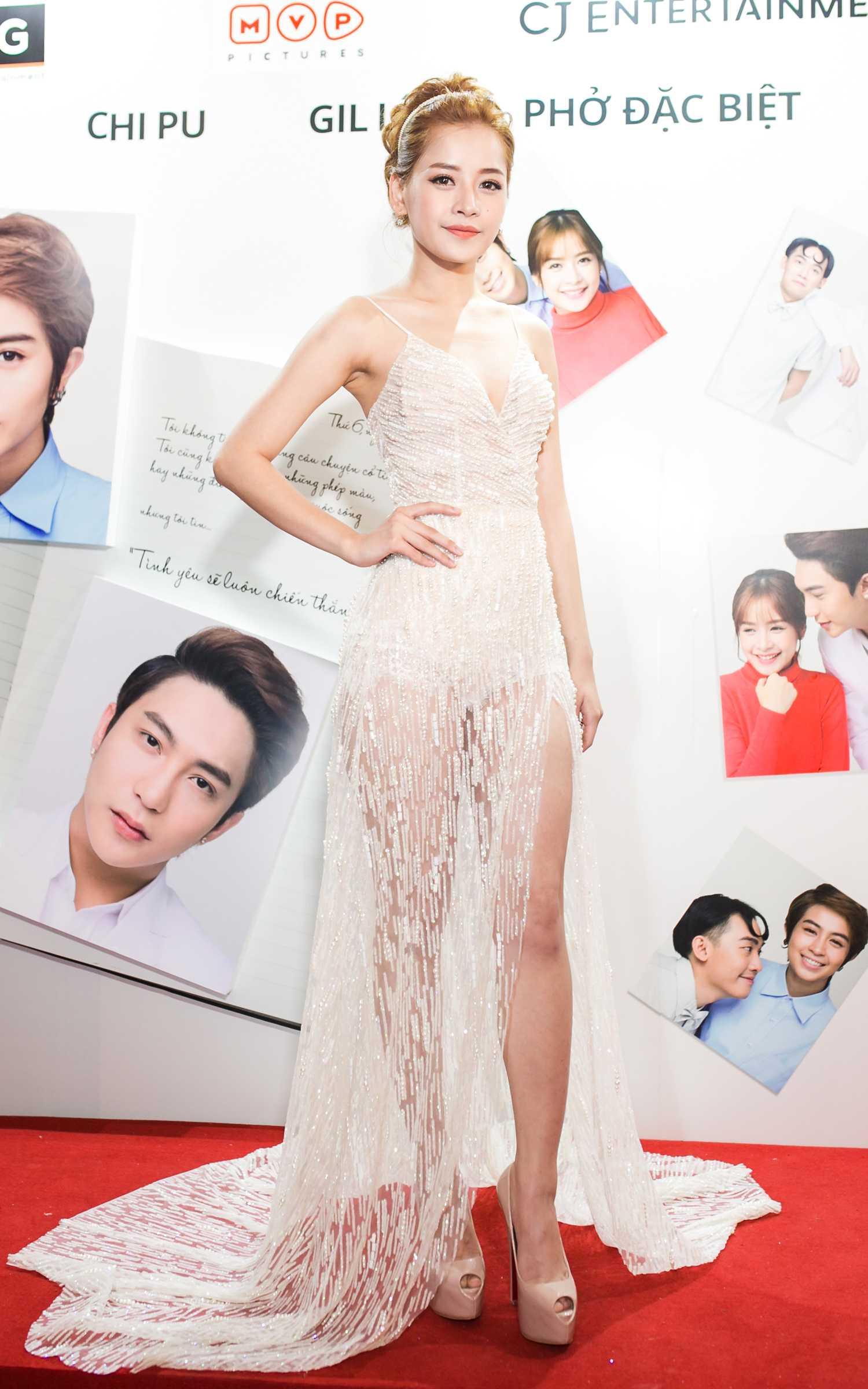 Trong buổi ra mắt, Chi Pu đẹp gợi cảm với thiết kế ấn tượng.