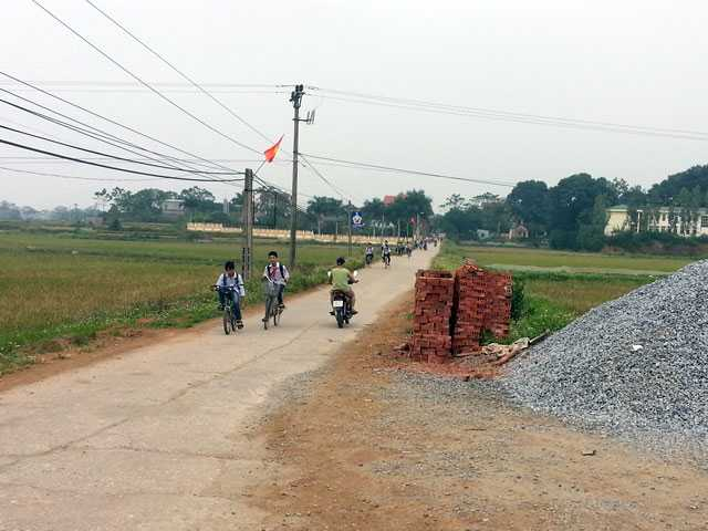Ông Nguyễn Văn Cửu cho biết, trên đường tới trụ sở, ông nhìn thấy 5-6 thanh niên đứng cạnh đống gạch trước cửa hàng bán vật liệu xây dựng trên đoạn đường thuộc xóm Láng, thôn Lũng Vị, xã Đông Phương Yên.