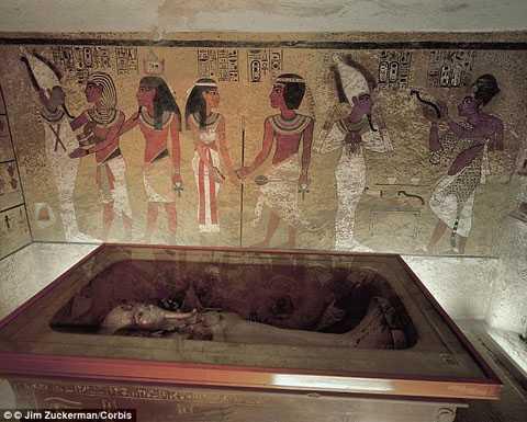 Quách chứa thi hài Vua Tutankhamun trong lăng mộ (Nguồn: DM)