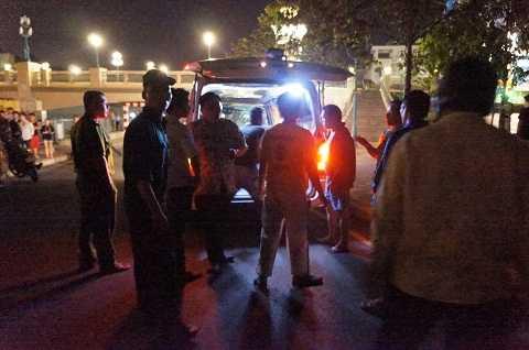 Thi thể nạn nhân được chuyển về nhà xác.