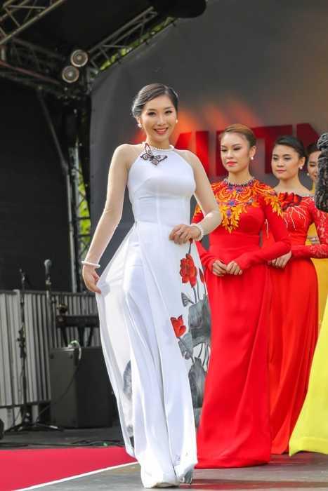 Nữ du học sinh xinh đẹp này là Bùi Thu Vân, sinh năm 1991, đến từ Thái Bình. Vân từng là cựu du học sinh trường Đại học Bournemouth (Anh) và vừa nhận bằng tốt nghiệp vào ngày 4/11 vừa qua. Cô hiện đang dạy tiếng Anh tại trung tâm ITTC