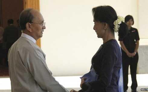 Tổng thống Thein Sein (trái) và nhân vật đối lập San Suu Kyi
