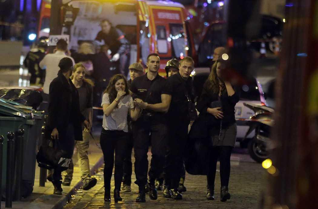 Nạn nhân nhanh chóng rời khỏi hiện trường khủng bố