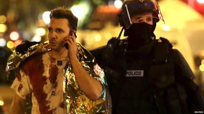 Máu thấm đẫm chiếc áo của một người may mắn sống sót sau khủng bố Paris
