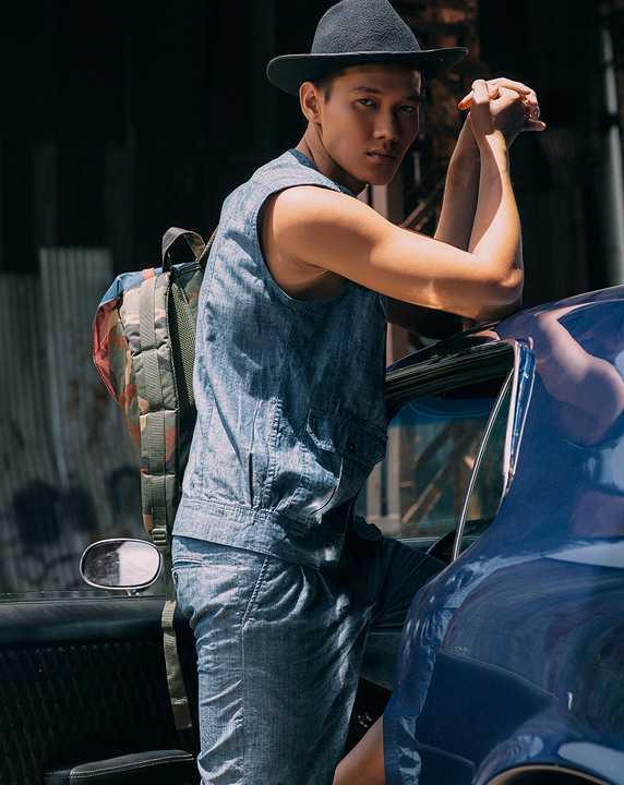 Siêu mẫu Võ Cảnh đã hóa thân thành chàng trai cowboy đầy phóng khoáng và mạnh mẽ bên cạnh chàng mẫu điển trai Justin Lê.