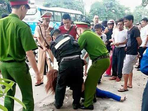 Người phụ nữ trong trạng thái không bình thường bị công an khống chế (Ảnh: Quảng Ninh online)