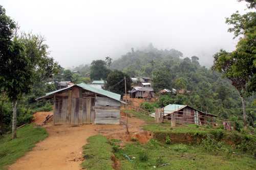 Nghèo đói, hủ tục vẫn còn dai dẳng trong ngôi làng sống trên đỉnh núi này. Ảnh. Tiến Hùng.